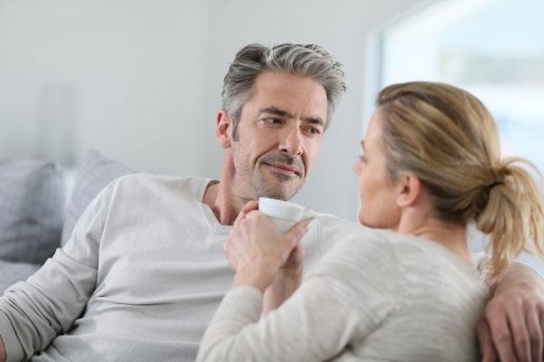 Hãy trò chuyện và chia sẻ với chồng về những mong muốn của bản thân (Ảnh minh họa)
