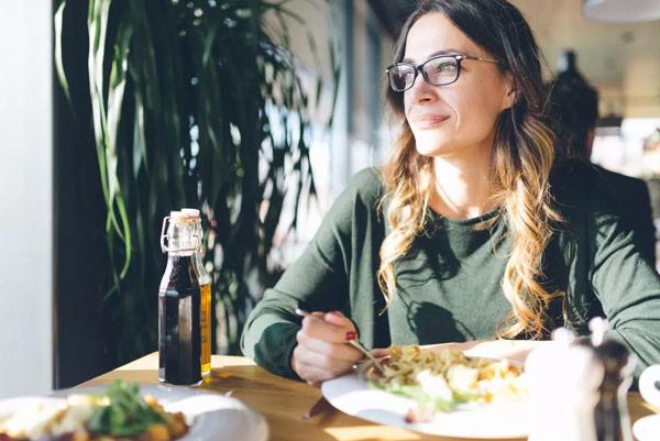 Phụ nữ tiền mãn kinh nên ăn gì để giảm các triệu chứng, tăng cường sức khỏe? 1