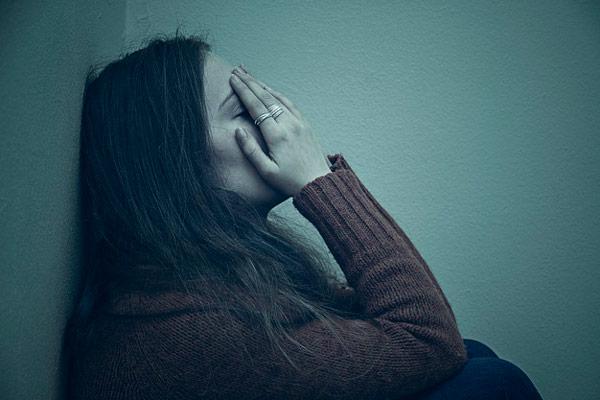 Buồn bã, chán nản kéo dài là một trong những triệu chứng chính của trầm cảm (Ảnh minh họa)