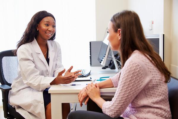 Gọi cho bác sĩ ngay lập tức nếu bạn gặp bất kỳ triệu chứng bất thường nào (Ảnh minh họa)