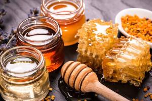 Mật ong được chứng minh là có tác dụng làm giảm đau bụng kinh (Ảnh minh họa)