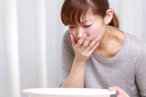 Nghén là dấu hiệu đặc trưng của mang thai. Còn trong PMS, bạn không cảm thấy buồn nôn khi chu kì sắp đến (Ảnh minh họa)