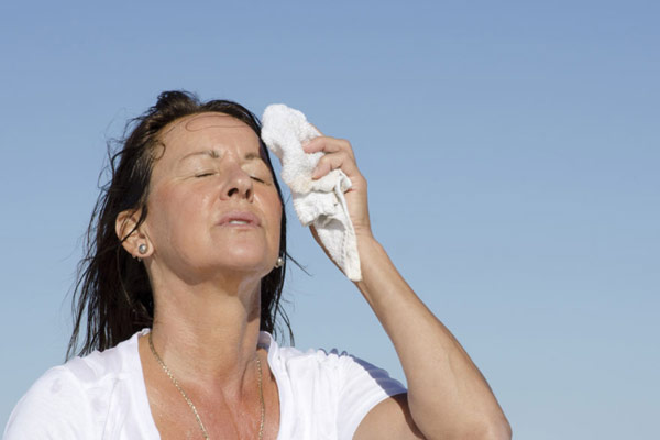 Nóng bừng mặt là biểu hiện của bốc hoả lên mặt của phụ nữ thời kỳ tiền mãn kinh ( Ảnh minh hoạ)