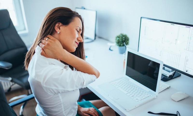 Đau mỏi vai gáy là một vấn đề phổ biến ở chị em làm việc văn phòng (Ảnh minh họa)