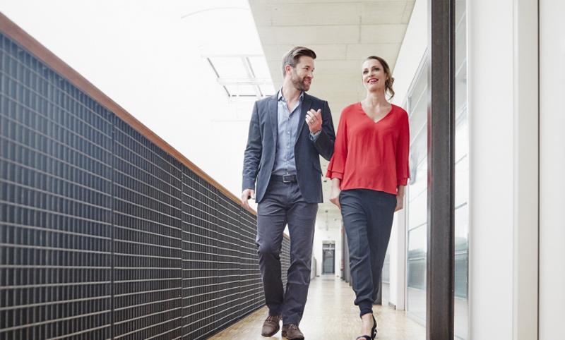 Hãy chịu khó đứng dậy đi dạo xung quanh sau mỗi giờ làm việc để giảm đau vai gáy (Ảnh minh họa)